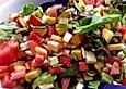 Mozzarella-Melonen-Nektarinen-Salat mit grünen Salatblättchen unter Walnussessig-Balsamicocreme-Dressing