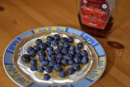 Pfannkuchen mit Crème fraîche, Blaubeeren und Ahornsirup