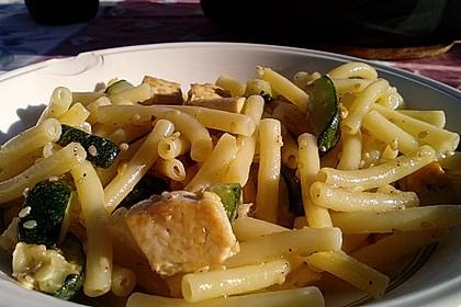 Tofu-Nudel-Pfanne mit Zucchini (Bild)