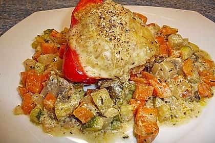 Überbackene Paprika mit Bulgurfüllung auf Gemüsebett (Bild)