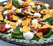 Blattspinat-Salat mit Ranch-Dressing und Nachos (Bild)