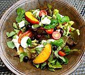 Tomaten-Nektarinen-Mozzarella-Salat (Bild)