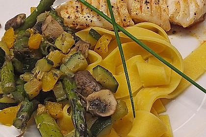 Minipenne mit gedünstetem Gemüse und Hähnchenbrust oder Lachs