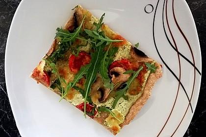 Flammkuchen mit Rucola, Pesto, Cherrytomaten und Mozzarella (Bild)