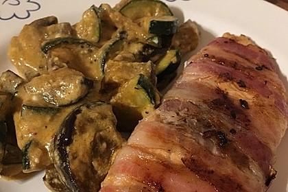 Lachs von Bacon umrollt, mit pikanter Gemüsepfanne und Feta-Käse 19