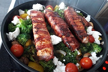 Lachs von Bacon umrollt, mit pikanter Gemüsepfanne und Feta-Käse 38