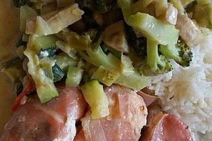 Lachs von Bacon umrollt, mit pikanter Gemüsepfanne und Feta-Käse 54