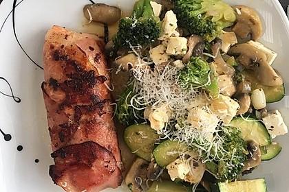 Lachs von Bacon umrollt, mit pikanter Gemüsepfanne und Feta-Käse 49