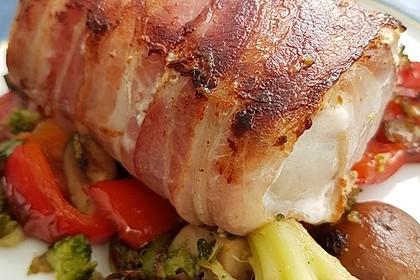 Lachs von Bacon umrollt, mit pikanter Gemüsepfanne und Feta-Käse 50