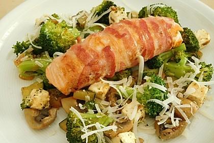 Lachs von Bacon umrollt, mit pikanter Gemüsepfanne und Feta-Käse 7