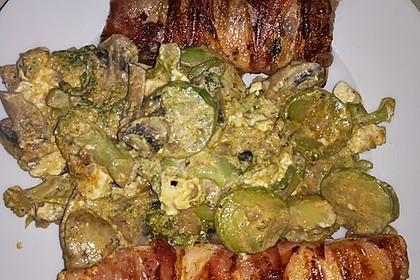 Lachs von Bacon umrollt, mit pikanter Gemüsepfanne und Feta-Käse 51