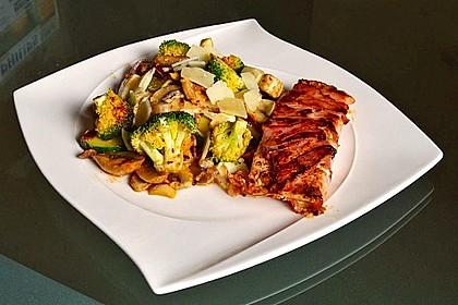 Lachs von Bacon umrollt, mit pikanter Gemüsepfanne und Feta-Käse 1