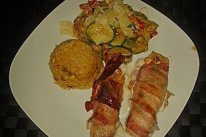 Lachs von Bacon umrollt, mit pikanter Gemüsepfanne und Feta-Käse 42