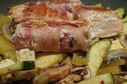 Lachs von Bacon umrollt, mit pikanter Gemüsepfanne und Feta-Käse 27