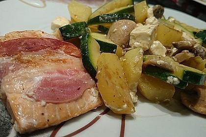 Lachs von Bacon umrollt, mit pikanter Gemüsepfanne und Feta-Käse 28