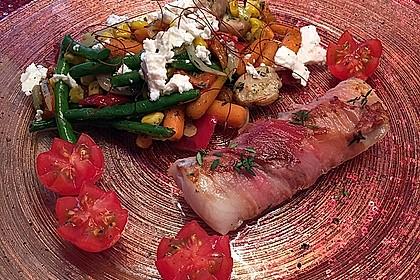 Lachs von Bacon umrollt, mit pikanter Gemüsepfanne und Feta-Käse 8