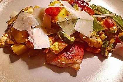 Lachs von Bacon umrollt, mit pikanter Gemüsepfanne und Feta-Käse 30