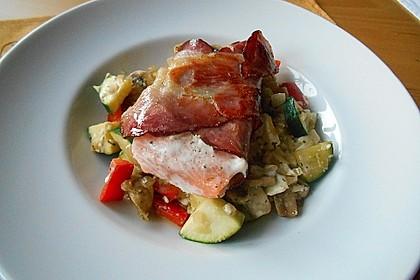 Lachs von Bacon umrollt, mit pikanter Gemüsepfanne und Feta-Käse 24