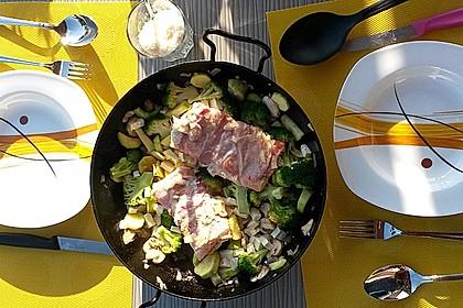 Lachs von Bacon umrollt, mit pikanter Gemüsepfanne und Feta-Käse 26