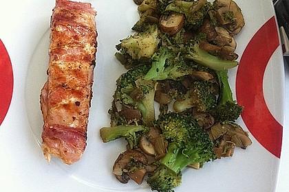 Lachs von Bacon umrollt, mit pikanter Gemüsepfanne und Feta-Käse 15