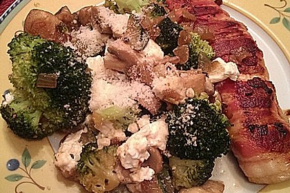Lachs von Bacon umrollt, mit pikanter Gemüsepfanne und Feta-Käse 31