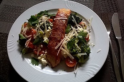 Lachs von Bacon umrollt, mit pikanter Gemüsepfanne und Feta-Käse 10