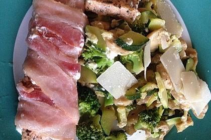 Lachs von Bacon umrollt, mit pikanter Gemüsepfanne und Feta-Käse 20