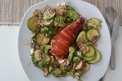 Lachs von Bacon umrollt, mit pikanter Gemüsepfanne und Feta-Käse 21
