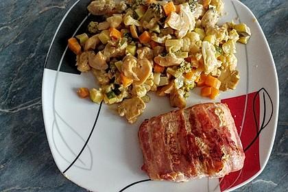 Lachs von Bacon umrollt, mit pikanter Gemüsepfanne und Feta-Käse 25