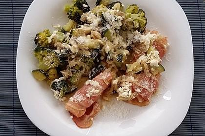 Lachs von Bacon umrollt, mit pikanter Gemüsepfanne und Feta-Käse 33