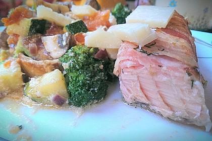Lachs von Bacon umrollt, mit pikanter Gemüsepfanne und Feta-Käse 47
