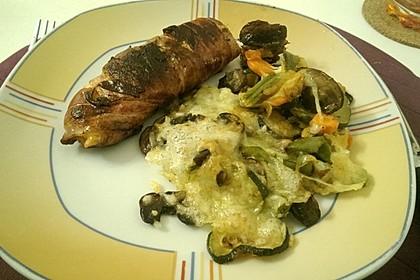 Lachs von Bacon umrollt, mit pikanter Gemüsepfanne und Feta-Käse 35