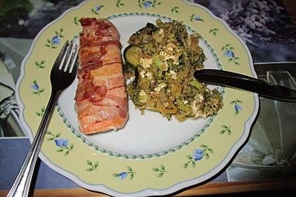 Lachs von Bacon umrollt, mit pikanter Gemüsepfanne und Feta-Käse 53