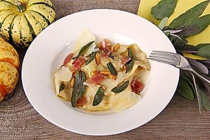 Kürbisravioli mit Salbeibutter und Pinienkernen (Bild)