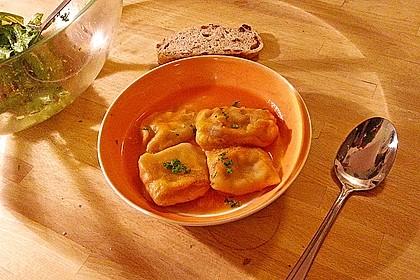 Pflaumen-Tofu-Ravioli in Kürbis-Rote Bete-Sauce, vegan
