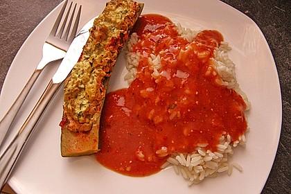 Gefüllte Zucchinischiffchen mit scharfer Paprika-Sauce und Reis
