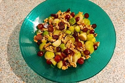 Rosenkohlsalat mit Trauben und Nüssen