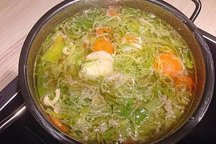 Hühner-Porree-Suppe mit Nudeleinlage und Möhren