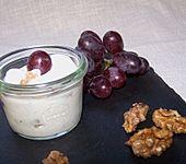 Griechischer Joghurt mit Honig und Nüssen (Bild)