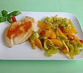 Scharfes Hähnchen auf Pfirsich-Lauch-Gemüse (Bild)