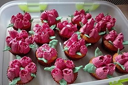 Cupcakes mit Beerenfrosting und Frischkäsekern 10
