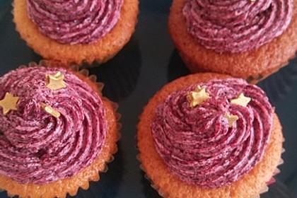 Cupcakes mit Beerenfrosting und Frischkäsekern 11