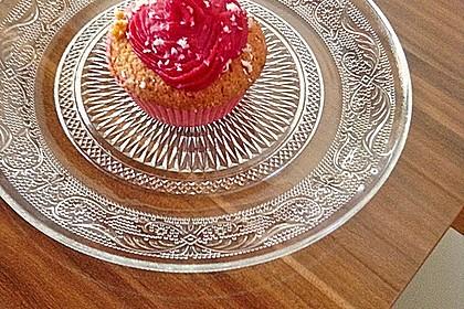 Cupcakes mit Beerenfrosting und Frischkäsekern 35