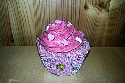 Cupcakes mit Beerenfrosting und Frischkäsekern 25
