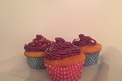 Cupcakes mit Beerenfrosting und Frischkäsekern 29