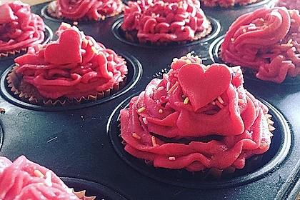 Cupcakes mit Beerenfrosting und Frischkäsekern 28