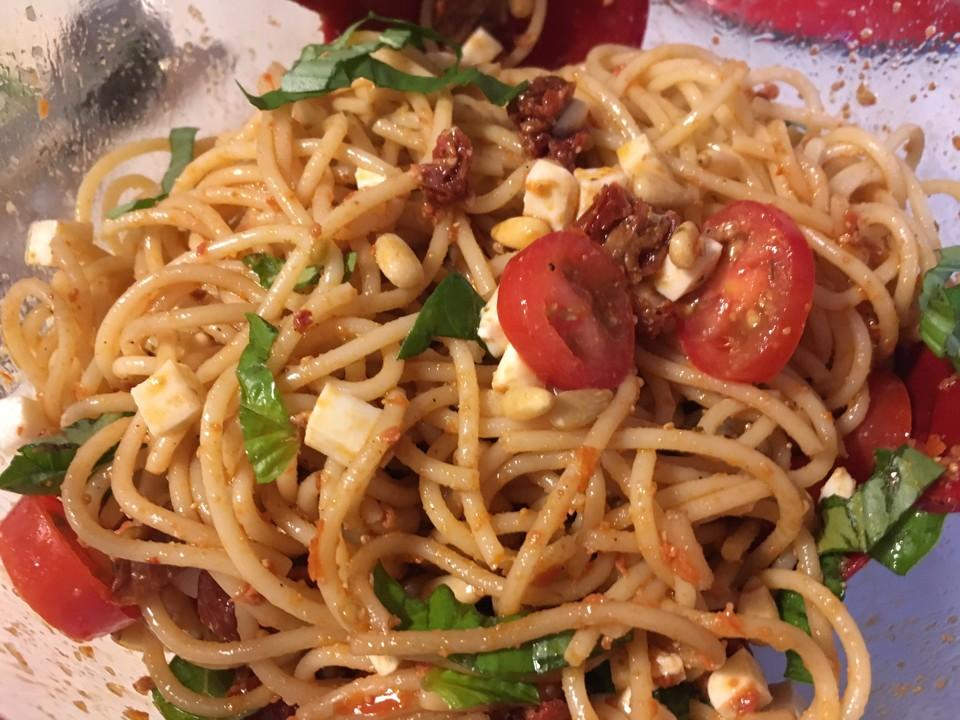 spaghettisalat mit pesto und mozzarella von tillynilson