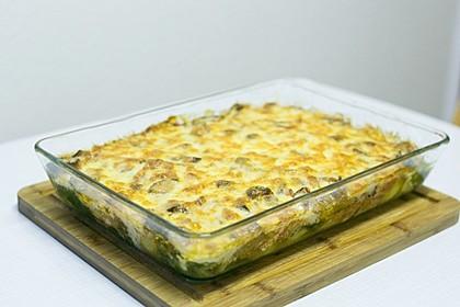 Vegetarischer Gemüseauflauf mit Spinat, Kartoffeln, Tomaten, Pilzen und Auberginen