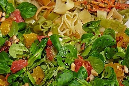Feldsalat mit Zitrusfrüchten und Pinienkernen