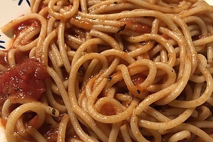 "Pikant-süße Spaghetti ""Multikulti"" mit Ajvar, Tomaten, Peperoncini und Honig (Bild)"